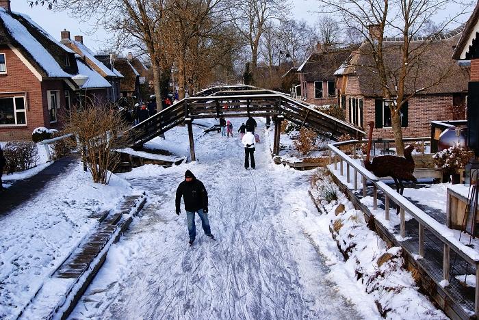 Туристы и местные жители передвигаются по каналу только на коньках.