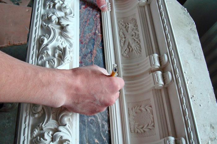 Благодаря формам можно самостоятельно изготовить большое количество элементов декора из гипса или полиуретана. | Фото: transsib6.ru.