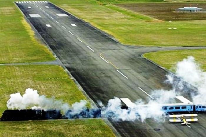 Только в аэропорту Гисборна можно увидеть самолет, ждущий у железнодорожного переезда своей очереди на взлет (Новая Зеландия). | Фото: viav.ru.
