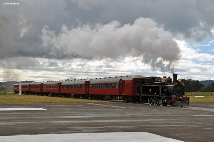 В Гисборне находится единственный в мире аэропорт, по территории которого проходит ж/д полотно (Новая Зеландия). | Фото: amusingplanet.com.