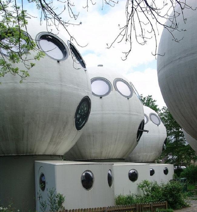 11 круглых окон делают эти дома похожими на инопланетные существа (Bolwoningen, Нидерланды).   Фото: bubblemania.fr.