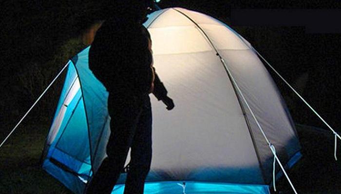 Чтобы не спотыкаться ночью через веревки и колышки палатки, лучше приобрести светящуюся веревку («Handy Glow In The Dark»). | Фото: odditymall.com.