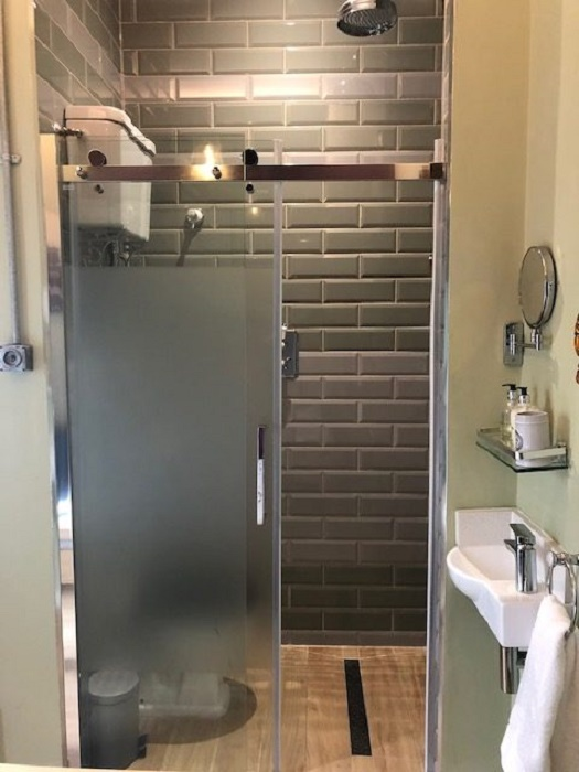 Возле каждой спальни оборудованы ванные комнаты (Platform Three at Station House). | Фото: railwaystationcottages.co.uk.