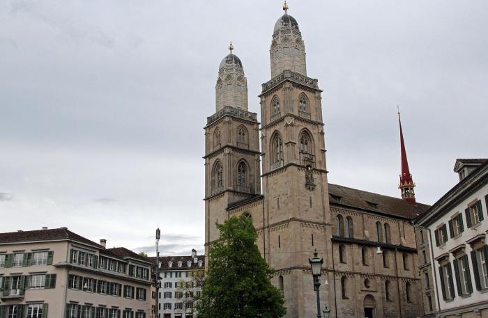 Собор Гроссмюнстер находится в самом центре Цюриха, на берегу речки Лиммат (Швейцария). | Фото: mashapasha.com.