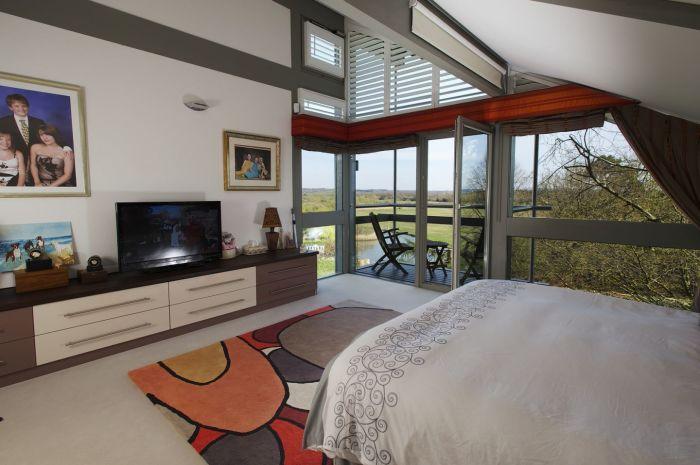 Благодаря стеклянным стенам каждая комната наполняется солнечным светом (Avon Place, Рингвуд). | Фото: theworldnews.net.