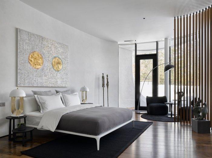 Одна из спальных комнат загородного особняка «Дом в ландшафте» (Подмосковье). | Фото: arquitecturaydiseno.es.