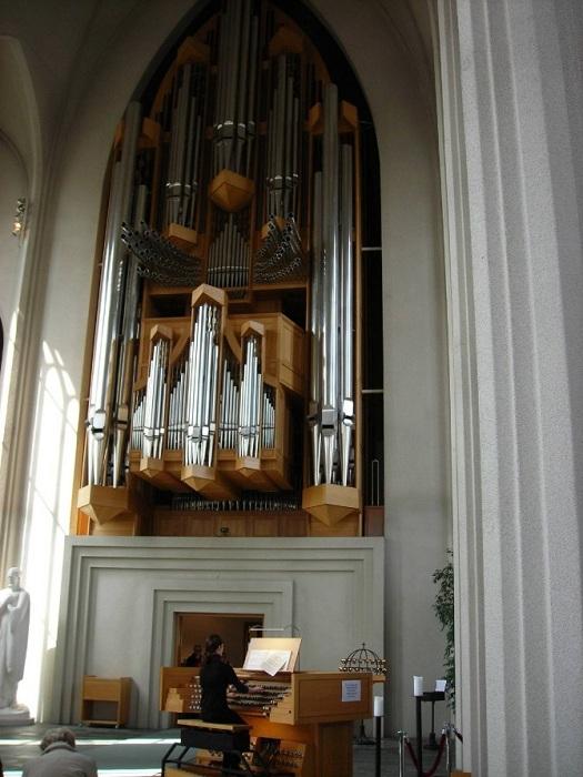 Уникальный музыкальный инструмент привлекает органистов всего мира (Церковь Халлгримура).