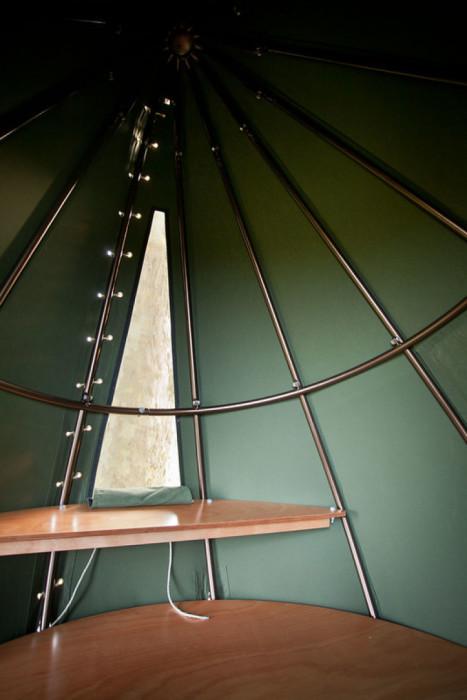 Спартанские условия палаток на дереве не пугают нынешних туристов («Tranendreef & Tentvillage», Бельгия). | Фото: interestingengineering.com.