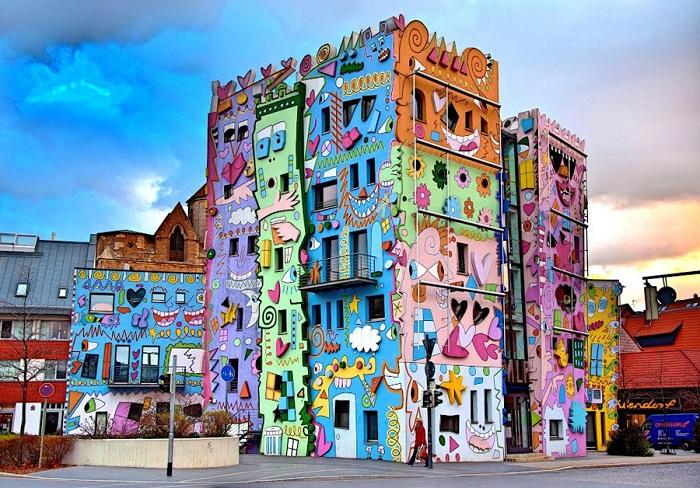 «Happy Rizzi House» радовал своим мультяшным обликом маленьких горожан (Брауншвейг, Германия).