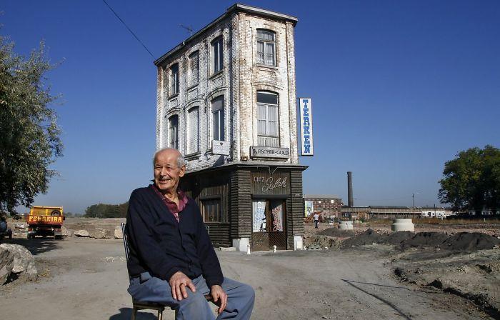 Кафе Салаха Уджани - единственное здание, которое осталось после сноса целого района (Рубе, Франция). | Фото: ridus.ru.