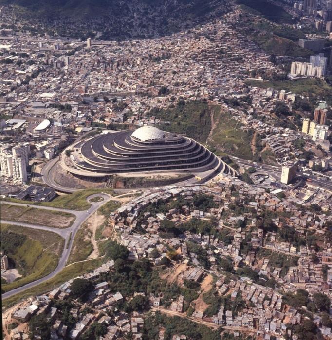 Торговый центр «Геликоид» был размещен в самой высокой точке города и теперь его видно с любого уголка Каракаса. | Фото: el-carabobeno.com.