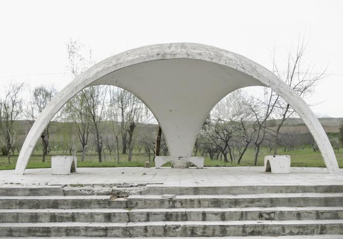 Ничего лишнего, но впечатляет (остановка города Турсунзаде, Таджикистан). © Christopher Herwig.