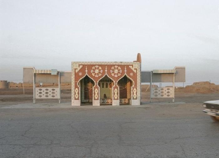 Восточные мотивы украшают автобусный павильон возле города Мары в Туркменистане. © Christopher Herwig.