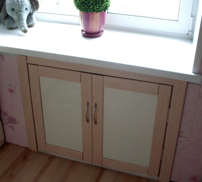 «Хрущевский холодильник» под окном в кухне.