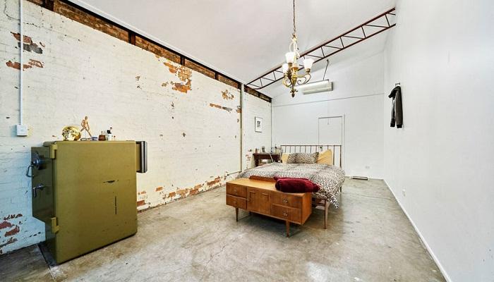 В одной спальне вместо комода используют старый металлический сейф.