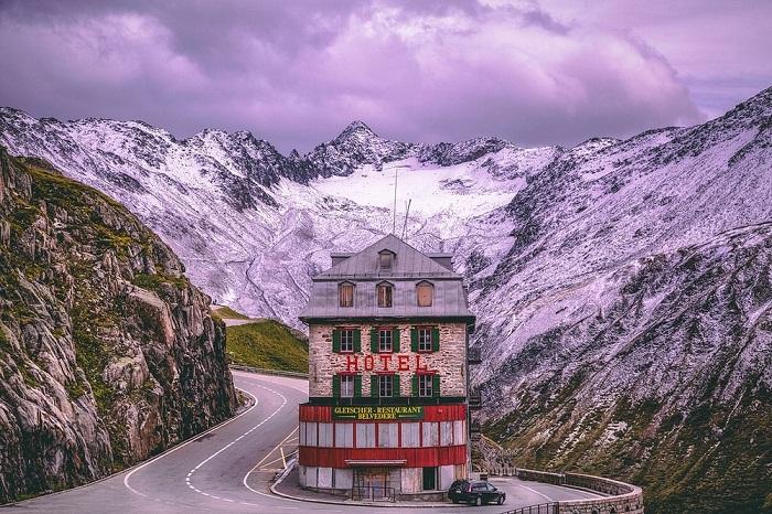 Больше ста лет гостиница процветала (Альпы, Швейцария).