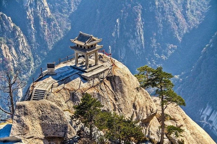 Все лестницы и тропы ведут в храм, расположенный на высоте 2130 м (Китай).