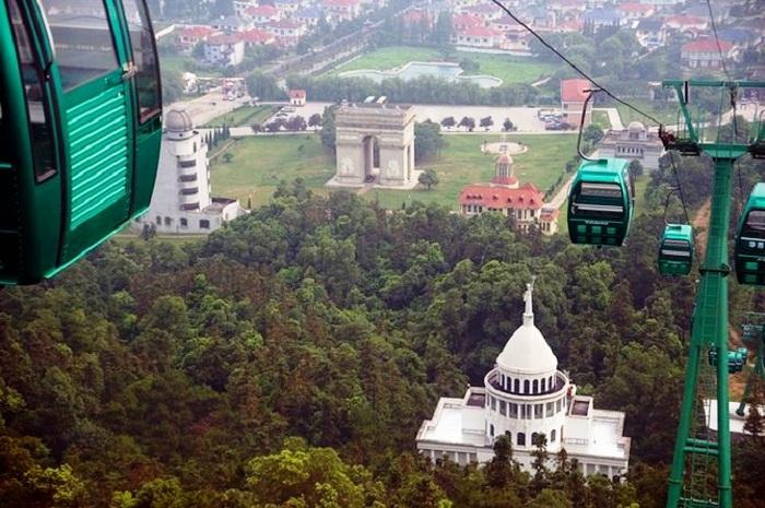 Весь «Парк мира» можно увидеть, поднимаясь по канатной дороге.
