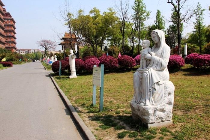 Статуи на территории гостиничного комплекса.