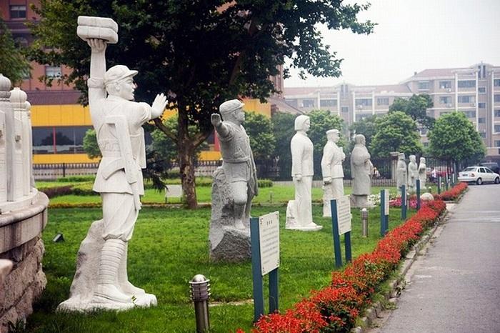 Вдоль живописных аллей стоят статуи.
