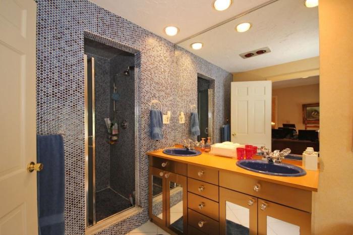 Интерьер второй ванной комнаты оформлен в более спокойных и привычных тонах (ретро-дом в Фрамингеме, США).| Фото:  nsmbl.nl.