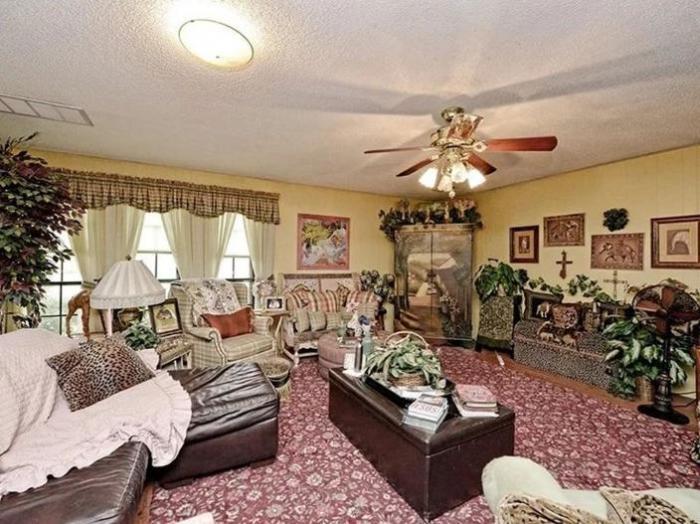 Вторую гостиную оформляли с меньшим рвением, но без цветов все равно не обошлось. | Фото: lokmat.com.