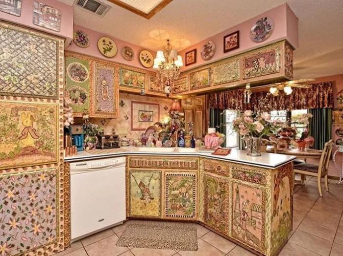 В дизайне кухни преобладают милые зайчики на полянках, «досталось» даже холодильнику, столешницам, плафонам и мебели. | Фото: awesomeinventions.com.