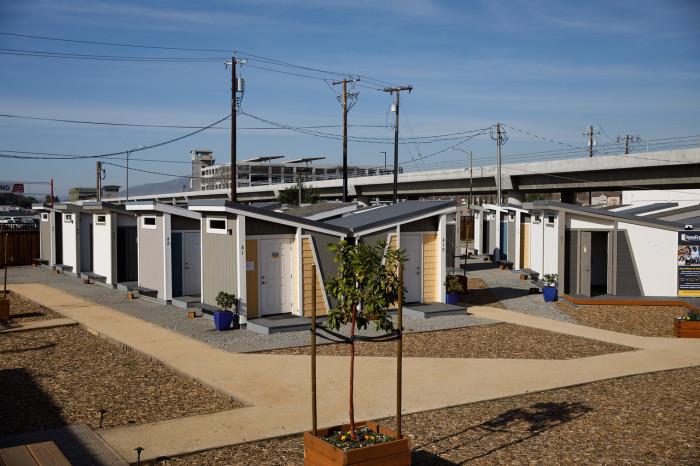 Мини-поселение для бездомных на окраине Сан-Хосе («Bridge Housing Community», США). | Фото: bangphotos.smugmug.com.