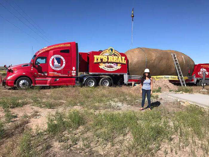 Кристи Вульф разъезжала по Америке с гигантским картофелем в качестве рекламного реквизита. | Фото: boredpanda.com.