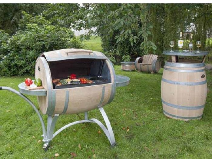 Один из вариантов оформления зоны барбекю из деревянных бочек.