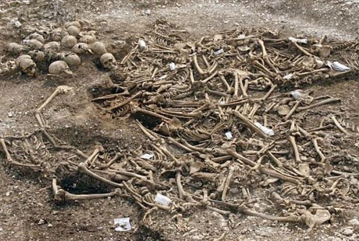 Вся территория острова усыпала пеплом сожженных человеческих тел и костями.