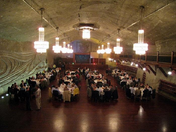 В подземном городе есть даже ресторан.