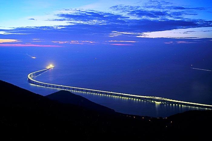 Мост переходит в самый длинный в мире подводный тоннель.