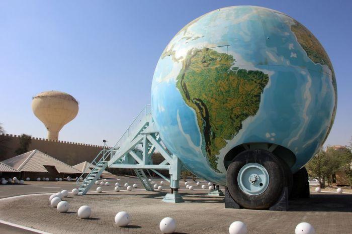 Передвижной многоэтажный дом в виде глобуса используется для путешествий по стране (ОАЭ). | Фото: roadandtrack.com.