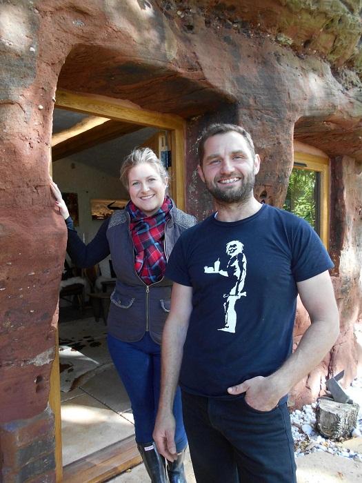 Анджело со своей женой встречает гостей возле Rockhouse Retreat.