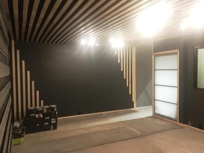 Оригинальное дизайнерское оформление стен гостиной-кухни на первом этаже (McGowen Container House). bionicweapon.wordpress.com.