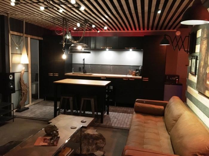 На данный момент гостиная совмещена с кухонной зоной, потом ее заменит бар (McGowen Container House). bionicweapon.wordpress.com.