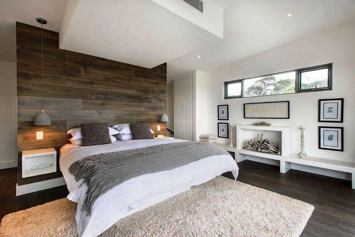 Неудобную форму спальни можно изменить с помощью фальш-окна.