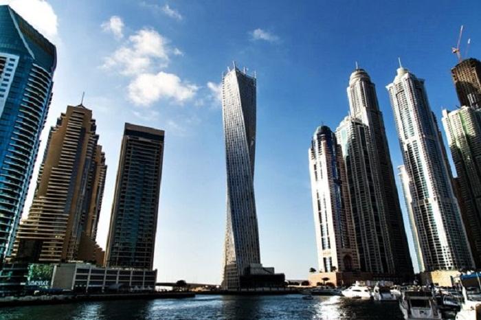 Infinity Tower выделяется на фоне других небоскребов своей витой формой (Дубай, ОАЭ). | Фото: orangesmile.com.