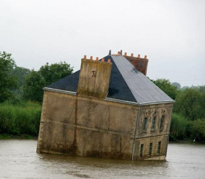 До закрепления художественного объекта он постоянно мигрировал и даже переворачивался (La maison dans la Loire, Франция). | Фото: lemurov.net.