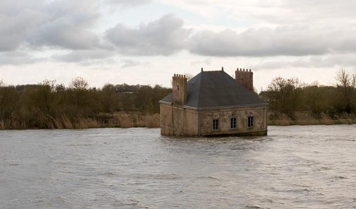 Во время наводнений дом изрядно подтапливало и прибивало к берегу («Дом на реке Луаре», Франция). | Фото: atlantic-loire-valley.com.