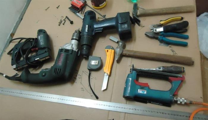 Для сборки и установки подиума понадобится немало инструмента. | Фото: pereezd-ideal.ru.