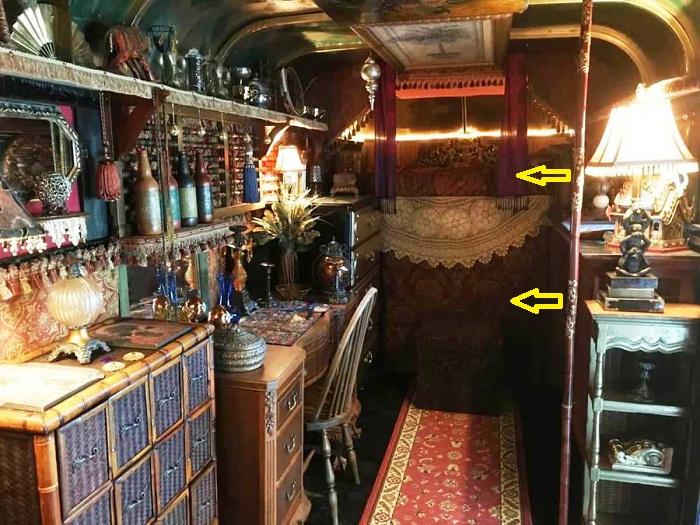Спальня «цыганского дома» на колесах состоит из двух уровней.