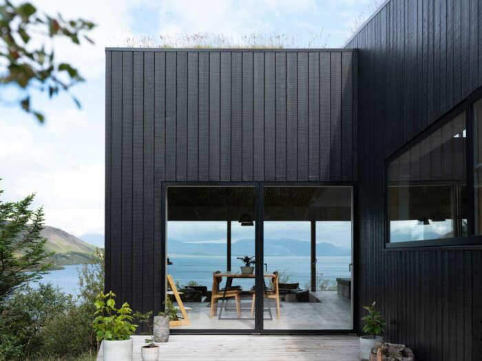 Огромные окна террасы стирают грань между внутренним пространством и плотно окружающей природой (Thingvallavatn House, Исландия). | Фото: mymodernmet.com.