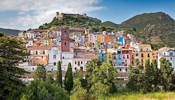 В городе Оллолаи на Сардинии продают дома за 1 евро. (Италия).