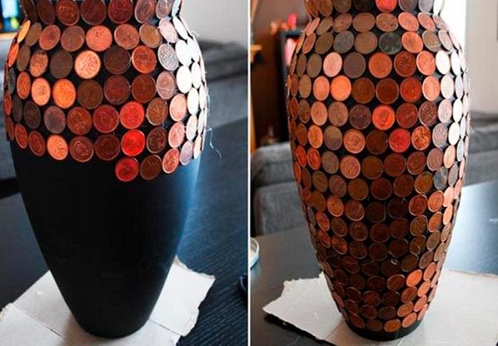 Старые вазы, украшенные монетами.