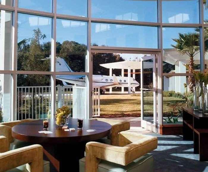 Благодаря панорамным окнам и стеклянным дверям открывается восхитительный вид на территорию особняка. | Фото: evdenhaberler.com.