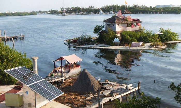 Ричард Сова установил мини-электростанцию, которая обеспечивает электроэнергией остров (Joysxee, Мексика). | Фото: adaptnetwork.com.