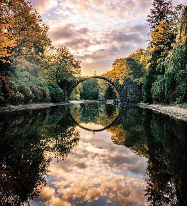 При определенном текущем уровне воды в озере появляется отражение дуги моста, которые и образовывают идеально правильный круг (мост Ракотцбрюке, Германия). | Фото: forfun.com.