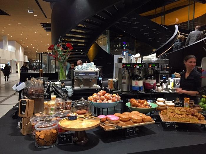 Ресторан в котором можно купить вкуснейшее пирожное и совершенно бесплатно угоститься кофе или чаем (Центральная библиотека Oodi, Хельсинки). | Фото: gazeta-licey.ru.